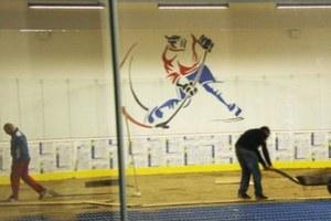 """Zo skvelého nápadu """"partičky"""" vzniká malý hokejový štadión"""